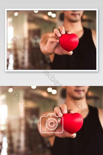 سعيد الرياضة رجل يحمل القلب الأحمر في نادي اللياقة البدنية نادي رياضي القلب قوة القلب التصوير قالب PSD