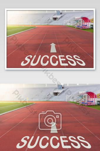 pista de atletismo roja en el concepto de éxito del estadio Fotografía Modelo JPG