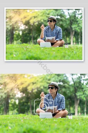 صورة، بسبب، أداة تعريف إنجليزية غير معروفة، ركز، عارضة، الرجل، إلى داخل، قبعة تحمل دفتر، أيضا، التفكير، إلى داخل، أخضر، park التصوير قالب JPG