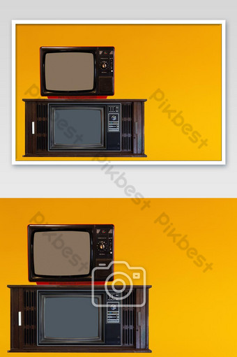 Televisión vintage o tv retro antigua sobre fondo amarillo Fotografía Modelo JPG