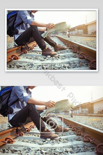 Voyageur et une carte La photographie Modèle JPG
