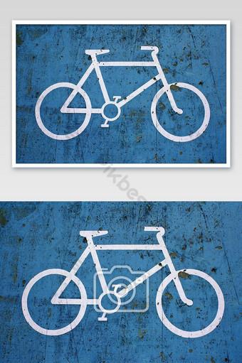 lente de bicicleta azul en la acera Fotografía Modelo JPG