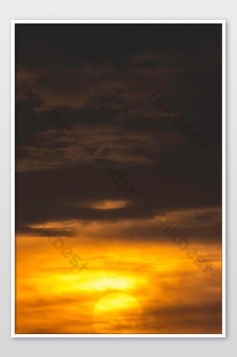 la luz dorada del sol y las nubes en el cielo Fotografía Modelo JPG