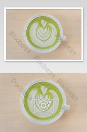 ماتشا الشاي الأخضر لاتيه مع فن لاتيه على شكل قلب في كوب أبيض على المنضدة الخشبية المنظر العلوي التصوير قالب JPG