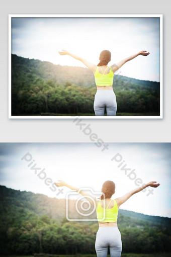 Người phụ nữ thư thái hít thở không khí trong lành giơ cánh tay Nhiếp Ảnh Bản mẫu JPG