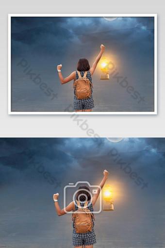 mano mujer sosteniendo la vieja linterna de fondo luna y la sombra de la montaña en la noche Fotografía Modelo JPG