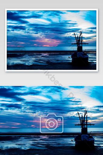 la luz del sol de la mañana en el mar y el barco en la playa Fotografía Modelo JPG