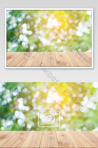 Mesa de madera vacía y desenfoque de fondo de la naturaleza con espacio de copia para mostrar Fotografía Modelo JPG