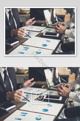 Réunion de l'équipe commerciale présente collègue investisseur discutant de nouvelles données de graphique financier plan La photographie Modèle JPG