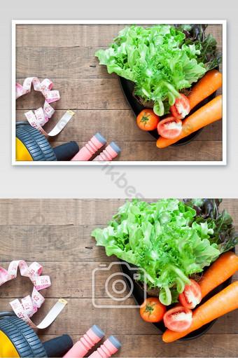 صورة مسطحة لمفهوم الصحة واللياقة البدنية والخضروات ومعدات اللياقة البدنية التصوير قالب JPG