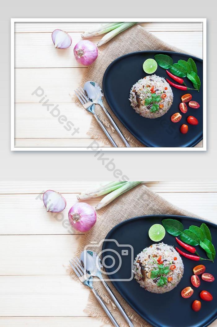 riz frit au maquereau et herbes servi avec des tomates cerises