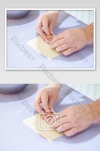 طاهٍ يستخدم يديه لإعداد الطعام في المطبخ التصوير قالب JPG