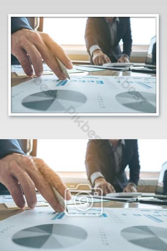 اجتماع فريق العمل عرض السكرتير فكرة جديدة وتقديم تقرير التصوير قالب JPG