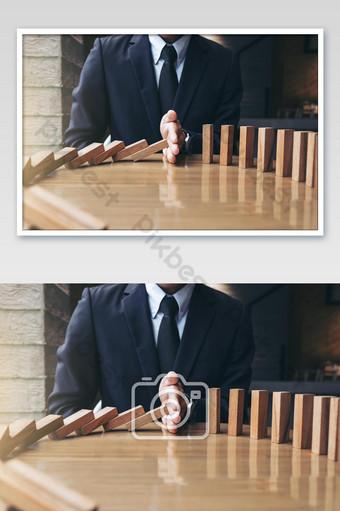 tangan pengusaha berhenti jatuh foto domino kayu Fotografi Templat JPG
