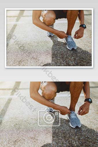 corredor tratando de zapatos para correr preparándose para correr Fotografía Modelo JPG
