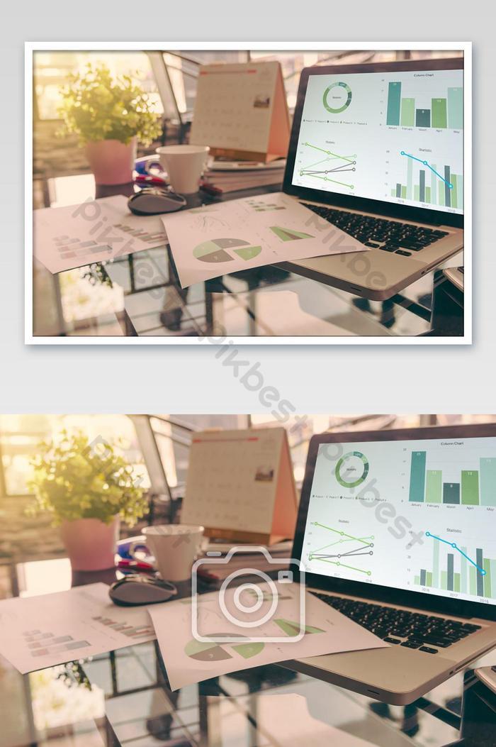 laptop mit finanzdiagrammen und grafiken foto