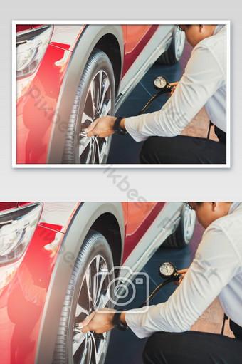 الآسيوية رجل سيارة التفتيش قياس الكمية تضخم الإطارات المطاطية سيارة الصورة التصوير قالب JPG