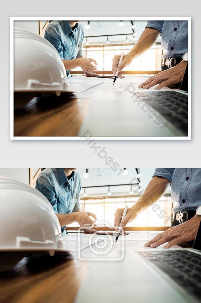 손과 프로젝트에 청사진 근접 촬영 테이블에서 논의하는 건축가 엔지니어