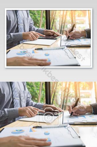 Processus de travail d'équipe équipe de jeunes gestionnaires d'entreprise travaillant avec un nouvel ordinateur portable de projet de démarrage La photographie Modèle JPG