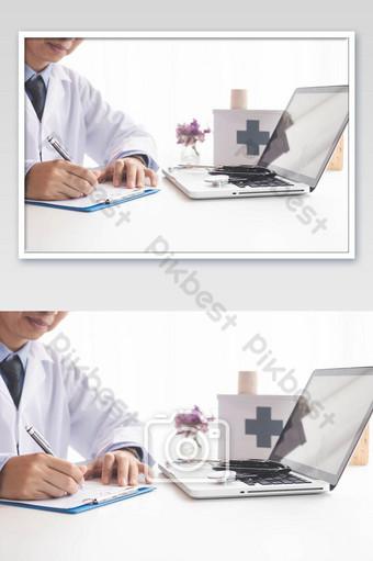 醫生與便攜式計算機和文書工作醫院背景照片上寫 攝影圖 模板 JPG