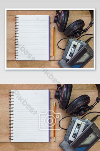 دفتر بنك مع قلم رصاص على طاولة بنية خمر مشغل شريط قديم وصورة سماعة رأس التصوير قالب JPG