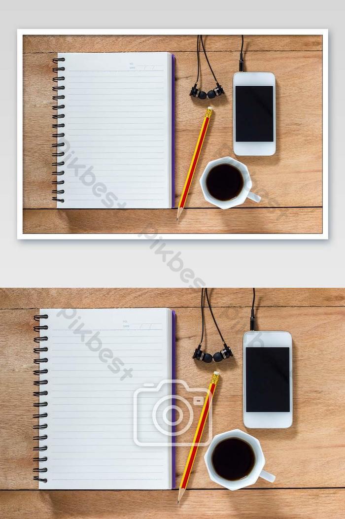 دفتر بنك مع قلم رصاص على طاولة بنية اللون أبيض مع صورة سماعات التصوير Jpg تحميل مجاني Pikbest
