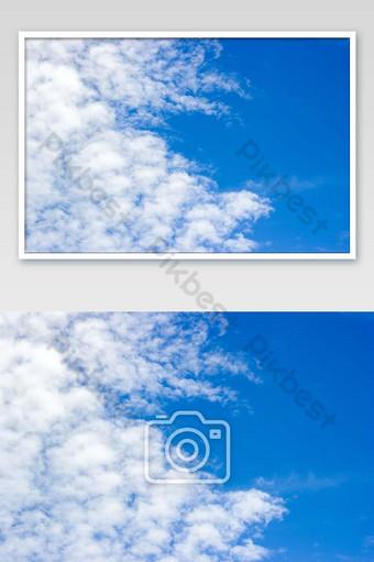 nubes blancas y hermoso cielo azul claro un día brillante para un buen comienzo foto Fotografía Modelo JPG