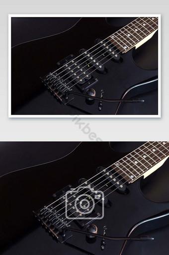 gitar listrik hitam pada foto latar belakang gelap Fotografi Templat JPG