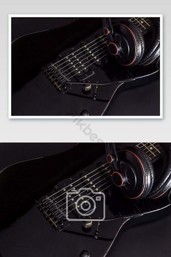 سماعة على الغيتار الكهربائي الأسود في الصورة الظلام التصوير قالب JPG