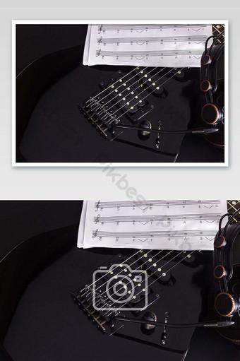 ملاحظة الموسيقى سماعة وغيتار كهربائي على صورة خلفية سوداء التصوير قالب JPG