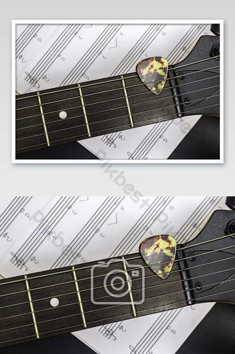 اختيار الغيتار على لوحة الفريتس مع ملاحظة الموسيقى على صورة خلفية سوداء التصوير قالب JPG