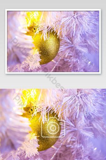 Gros plan de l'arbre de Noël blanc avec des décorations suspendues boule dorée avec bokeh La photographie Modèle JPG