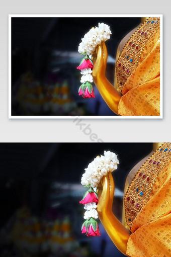 พวงมาลัยดอกมะลิในมือพระพุทธรูปวัดไทยศาสนาพุทธในประเทศไทย การถ่ายภาพ แบบ JPG