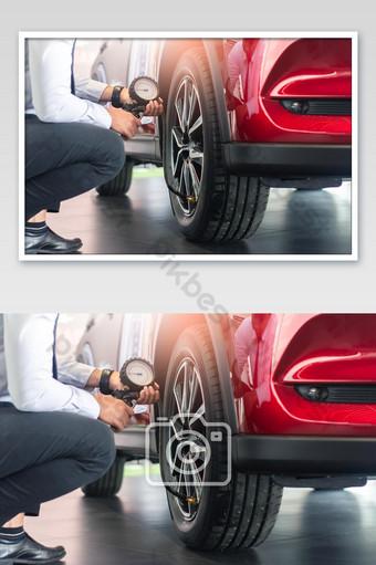الآسيوية الرجل سيارة التفتيش قياس الكمية تضخم الإطارات المطاطية سيارة عن قرب يد تحمل الصورة التصوير قالب JPG