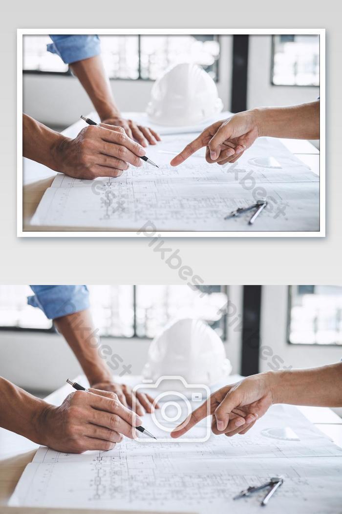 प्रोजेक्ट फोटो के लिए ब्लूप्रिंट मीटिंग पर काम करने वाले वास्तुकार या इंजीनियर के हाथ