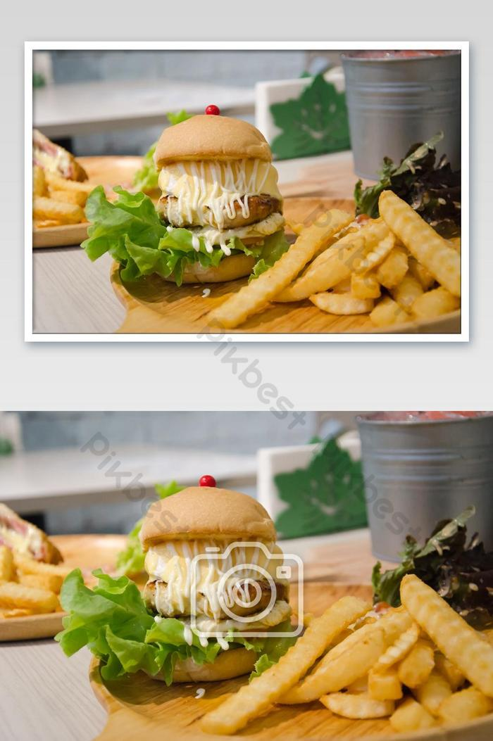 hamburgery z kurczaka i sera jajecznego i frytek