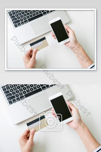 Mujer que usa teléfonos inteligentes y pagos de registro de tarjetas de crédito, compras en línea y foto del cliente Fotografía Modelo JPG