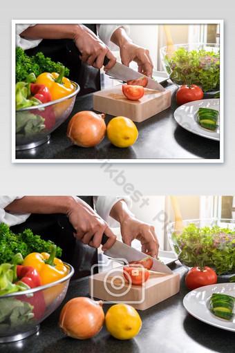 رفع على مقربة، بسبب، المرأة، أعطى، قطع الطماطم، عن، تقطيع، لوح الخشب، ب، حاد، سكين، أيضا، طبخ، photo التصوير قالب JPG