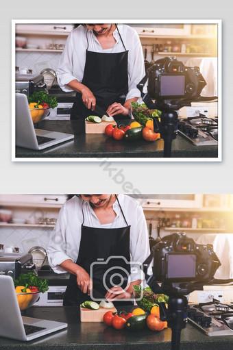ghi lại cảnh người phụ nữ nấu ăn tự tay cắt hành trên thớt gỗ với ảnh dao sắc Nhiếp Ảnh Bản mẫu JPG