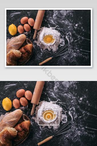 العجين الخام للخبز مع المكونات على خلفية سوداء أعلى عرض الصورة التصوير قالب JPG