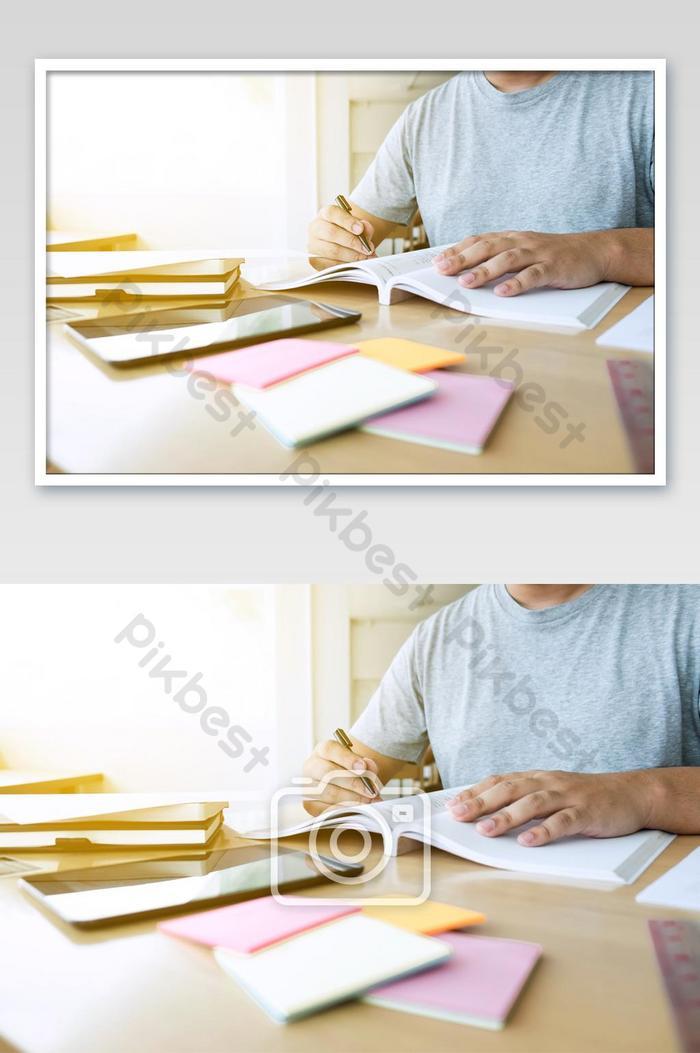صورة مقربة لدراسة كتابة أيدي الطلاب في كتاب أثناء تعليم المحاضرة التصوير Jpg تحميل مجاني Pikbest
