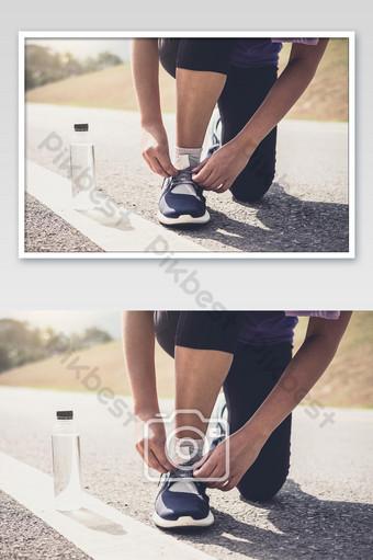 Corredor de estilo de vida saludable atarse los zapatos para correr preparándose para la carrera en la pista de atletismo foto de trabajo de jog Fotografía Modelo JPG