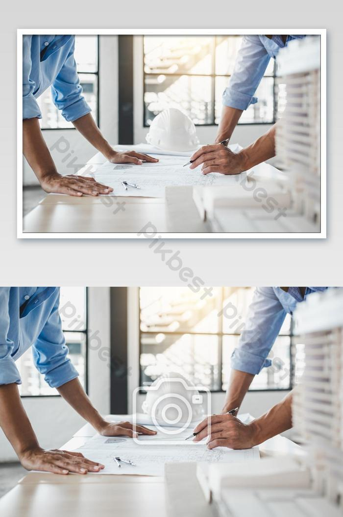 पार्टनर फोटो के साथ काम करने वाले प्रोजेक्ट के लिए इंजीनियर या आर्किटेक्ट मीटिंग की निर्माण अवधारणा