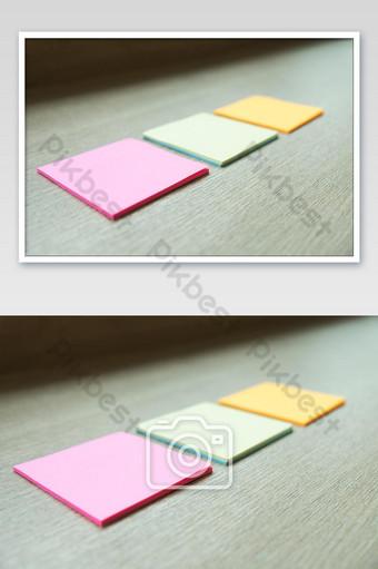 Cerca de tres notas adhesivas sobre fondo de madera Fotografía Modelo JPG