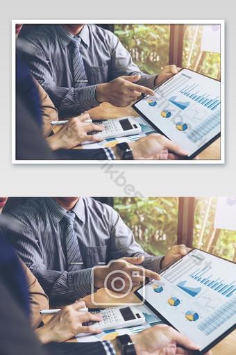 Réunion de l'équipe commerciale présente collègue investisseur discutant du nouveau plan de données graphique financier photo La photographie Modèle JPG