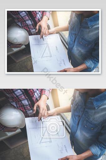 Ingénieur en architecture Réunion de travail d'équipe Dessin et travail pour projet architectural La photographie Modèle JPG