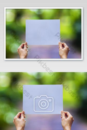 عرض ورقة العمل في متناول اليد على خلفية الطبيعة التصوير قالب JPG