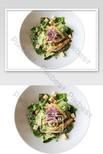 Receta de ensalada César en un plato blanco aislado sobre fondo blanco con trazado de recorte Fotografía Modelo JPG