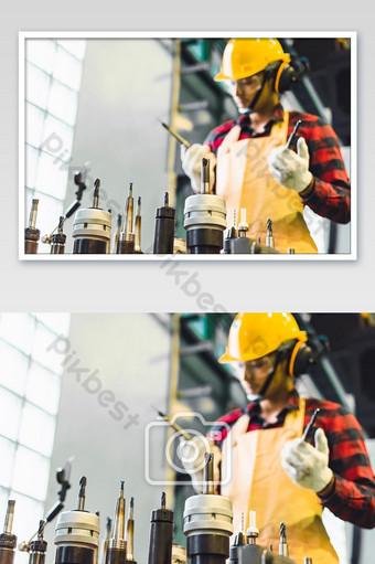 مهندس رجل آسيوي تفتيش المصنع مع أداة عقد مهندس أعمال رجل في الصناعة التصوير قالب JPG