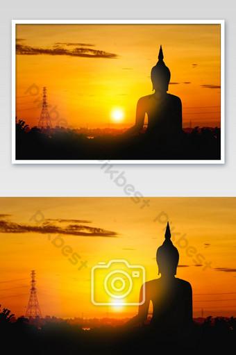 la gran silueta de buda sobre fondo dorado atardecer cielo mañana en asia tailandia Fotografía Modelo JPG